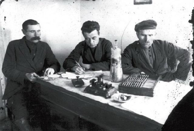 Zasadanie členov Výboru chudoby pre prechod na kolektívne obrábanie pôdy. Obec Novosergejevka, Donecká oblasť, začiatok 30-tych rokov
