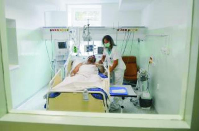 Na archívnej snímke zdravotná sestra ošetruje pacienta na septickej izbe