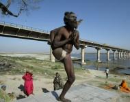Sádhu robí jogínsku pozíciu na brehu rieky Gangy na okraji Alláhabádu. Foto: TASR/AP-Rajesh Kumar Singh)