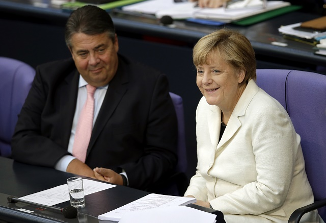 Nemecká kancelárka Angela Merkelová (vpravo) a vicekancelár Sigmar Gabriel počas zasadnutia nemeckého parlamentu v Berlíne