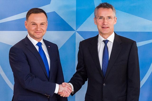 Na snímke generálny tajomník Jens Stoltenberg (vpravo) a poľský prezident Andrzej Duda