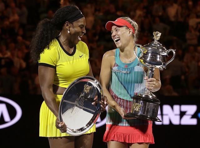 Na snímke vpravo nemecká tenistka Angelique Kerberová sa stala prekvapujúcou v흻azkou žženskej dvojhry na Australian Open v Melbourne, keď vo finále zdolala obhajkyňu titulu Američanku Serenu Williamsovú (vľavo) 6:4, 3:6, 6:4 a získala prvý grandslamový titul v kariére v sobotu 30. januára 2015