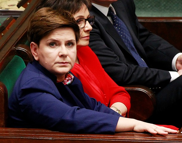 Na snímke poľská premiérka  Beata Szydlová (vľavo)