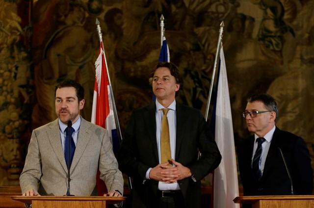 Na snímke český minister zahraničných vecí Lubomír Zaorálek,holandskí ministri zahraničných vecí a pre migráciu, Bert Koenders a Klaas Dijkhoff