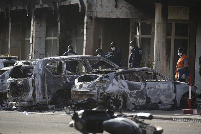 záchranári poškodené autá skúmanie vchod hotela Splendid v Ouagadougou
