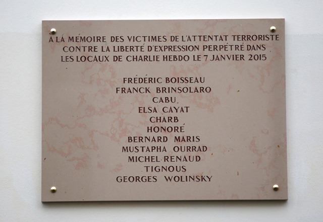 Na snímke odhalená pamätná tabuľa venovaná obetiam teroristického útoku na časopis Charlie Hebdo zo 7. januára 2015
