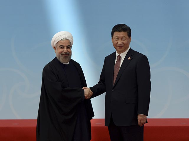 Na snímke iránsky prezident Hasan Rúhání (vľavo) a  čínsky prezident Si Ťin-pching
