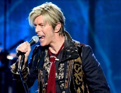 Na snímke spevák, gitarista, hráč na klávesy, skladateľ a herec David Bowie