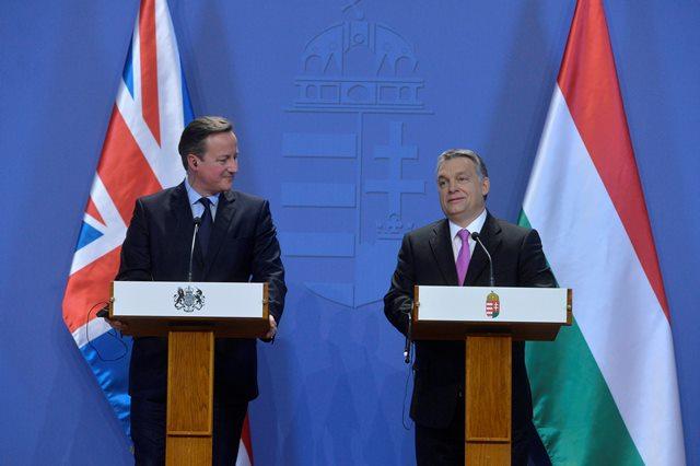 Na snímke britský premiér David Cameron a maďarský premiér Viktor Orban
