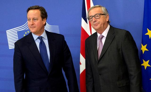 Na snímke britský premiér David Cameron a predseda Európskej komisie Jean-Claude Juncker