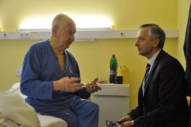 Anton Srholec krátko pred smrťou počas pobytu v nemocnici počas návštevy Jána Figeľa