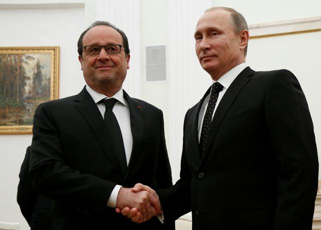 Na snímke vpravo ruský prezident Vladimir Putin a vľavo francúzsky prezident Francois Hollande