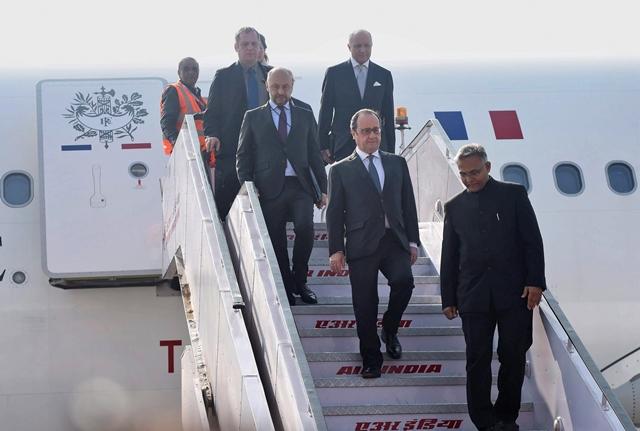 Na snímke francúzsky prezident Francois Hollande vychádza z lietadla po prílete do Indie