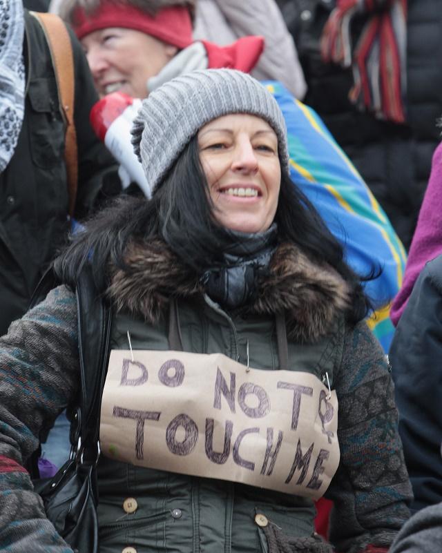 Nemecká aktivistka protestuje proti rasizmu a sexizmu v Kolíne