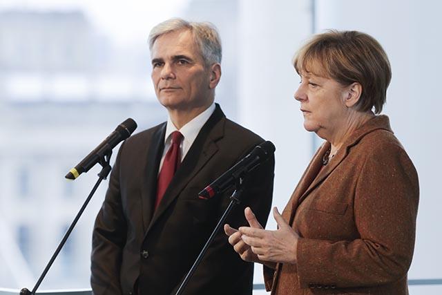 Na snímke nemecká kancelárka Angela Merkelová a rakúsky kancelár Werner Faymann