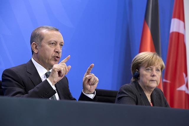 Na snímke nemecká kancelárka Angela Merkelová (vpravo) a turecký premiér Recep Tayyip Erdogan