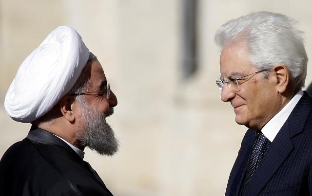 Na snímke Iránsky prezident Hasan Rúhání (vľavo) počas privítania so svojím talianskym partnerom Sergiom Mattarellom pred ich stretnutím v prezidentskom paláci Quirinale v Ríme