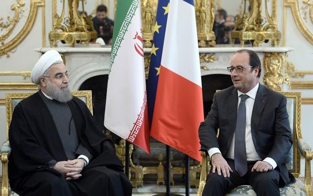 Na snímke francúzsky prezident  Francois Hollande (vpravo) sa rozpráva s iránskym prezidentom Hasanom Rúháním