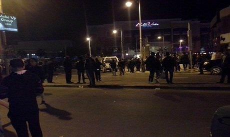 Na snímke ľudia pred hotelom, kde sa odohral útok