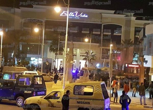 Na snímke ľudia, ako aj polícia pred hotelom