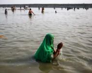 Hinduistka sa modlí v rieke Gange poèas prvého dòa sviatku Navarátri v indickom Allahabáde