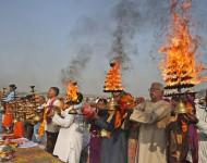 Na snímke hinduisti krútia na stojane zapálené tradičné lampy poèas rannej modlitby na posvätnom mieste Sangam pri sútoku troch riek Gangy, Jamuny a posvätnej rieky Sárasvatí v severoindickom meste Allahabád