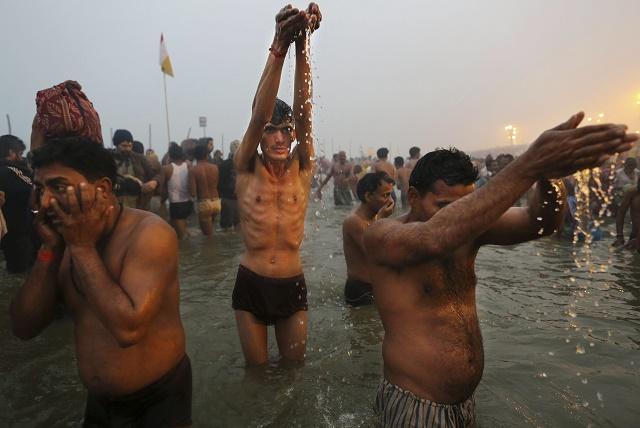 Na snímke hinduisti sa modlia počas sviatku Ganga Dussehra na posvätnom mieste Sangam, sútoku riek Gangy, Jamuny a Sárasvatí v indickom Allahabáde