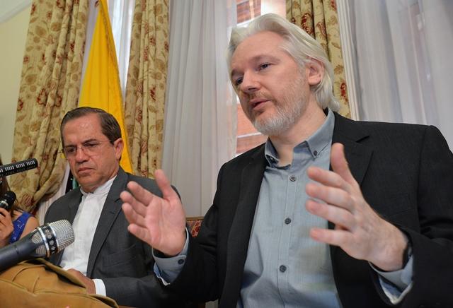 Na snímke Ricardo Patino (vľavo) a zakladateľ WikiLeaksu Julian Assange
