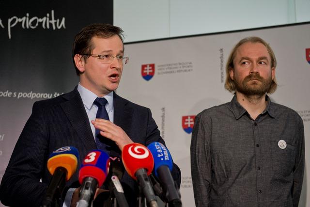 Na snímke vpravo Vladimír Crmoman z Iniciatívy slovenských učiteľov a minister školstva, vedy, výskumu a športu SR Juraj Draxler
