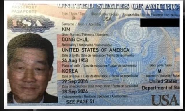 Na snímke z videa fotografia v pase špióna Kim Dong Chula