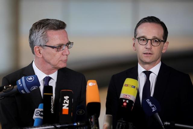 Na snímke nemecký minister vnútra Thomas de Maiziere (vľavo) a nemecký minister spravodlivosti Heiko Maas
