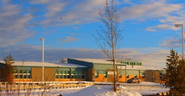 Na snímke stredná škola v odľahlej obci La Loche v kanadskej provincii Saskatchewan