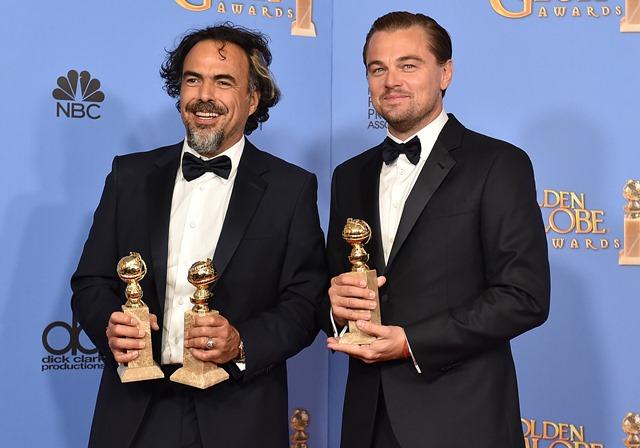 Na snímke režisér Alejandro Iňárritu (vľavo) a herec Leonardo DiCaprio pózujú s cenami na 73. ročníku odovzdávania prestížnych filmových cien Zlatý glóbus