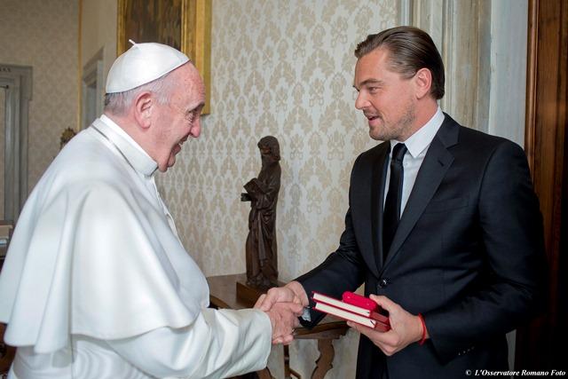 Na snímke americký herec Leonardo Di Caprio podáva ruku pápežovi Františkovi počas osobitnej audienccie