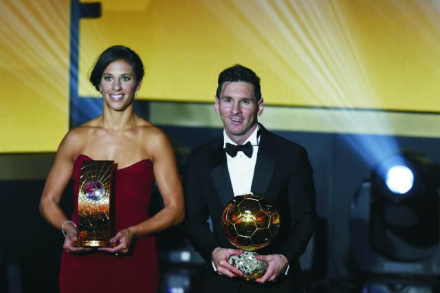 Argentínsky futbalista Lionel Messi (vpravo) a americká futbalistka Carli Lloydová pózujú s ocenením Zlatá lopta FIFA pre futbalistu a futbalistku roka 2015 počas slávnostného galavečera ocenení Zlatá lopta FIFA za rok 2015 v Zürichu