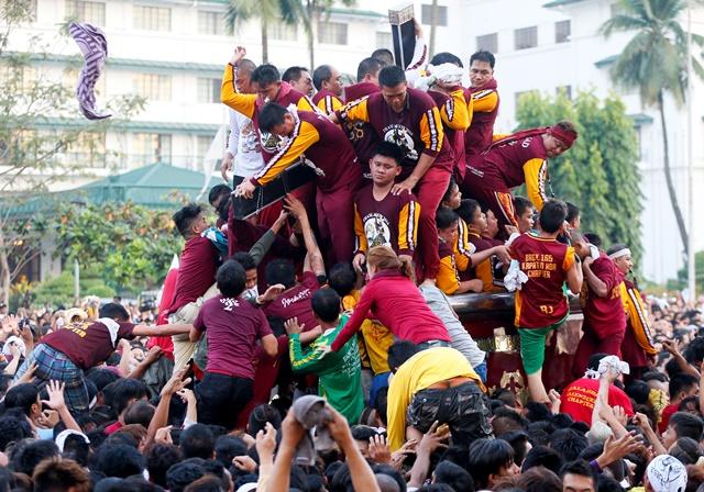 Na snímke účastníci procesie