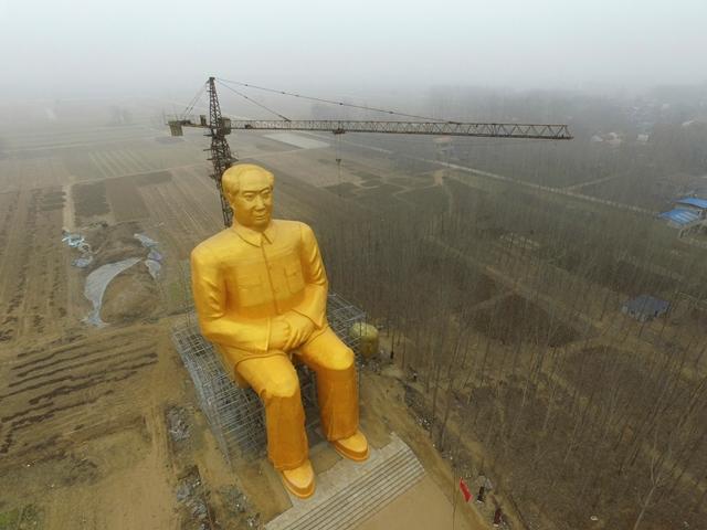 Na snímke gigantická pozlátená socha bývalého komunistického vodcu Mao Ce-tunga