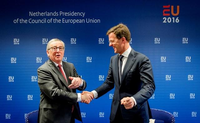 Na snímke holandský premiér Mark Rutte (vpravo) si podáva ruku  s predsedom Európskej komisie Jeanom-Claudeom Junckerom