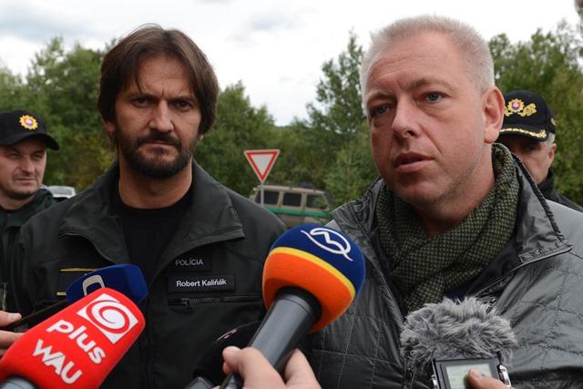 Na snímke minister vnútra SR Robert Kaliňák (vľavo) a český minister vnútra Milan Chovanec