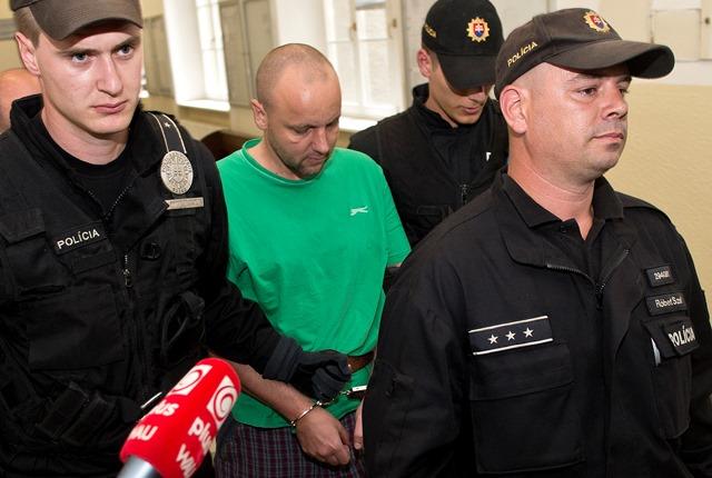 Na snímke obvinený z úkladnej vraždy v bratislavskej Petržalke Norbert M. v sprievode polície