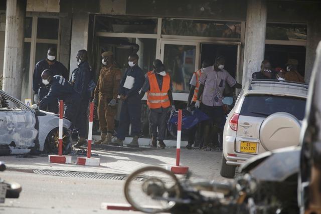 Na snímke záchranári vynášajú telo z hotela Splendid v Ouagadougou, v Burkina Faso