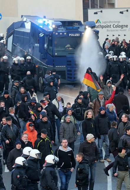 Na snímke polícia rozháňa účastníkov protestného hnutia Pegida
