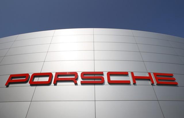 Na snímke logo na bude automobilky Porsche