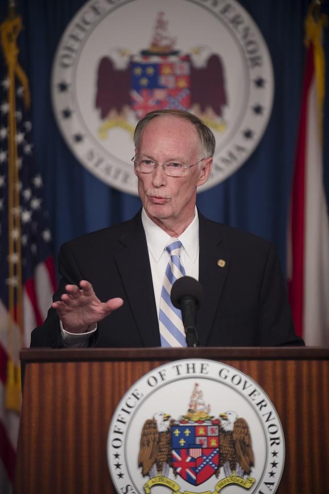 Na snímke guvernér Bentley počas tlačovky, na ktorej ohlásil žalobu na federálnu vládu USA kvôli svojvoľnému presídľovaniu utečencov