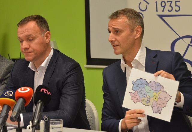 Na snímke vľavo minister zdravotníctva SR Viliam Čislák, vpravo predseda výboru NR SR pre zdravotníctvo Richard Raši