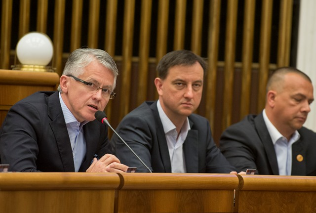 Na snímke poslanci NR SR zľava Jozef Kollár, Daniel Krajcer a Juraj Miškov (SKOK)