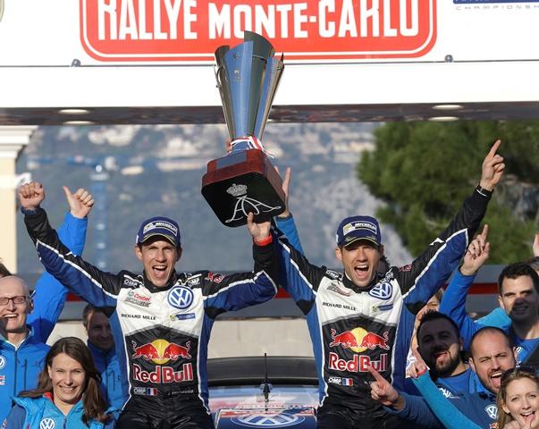 Na snímke Francúz Sebastien Ogier (vpravo) a jeho spolujazdec Julien Ingrassia z Francúzska sa radujú po víťazstve v 84. ročníku pretekov Rely Monte Carlo