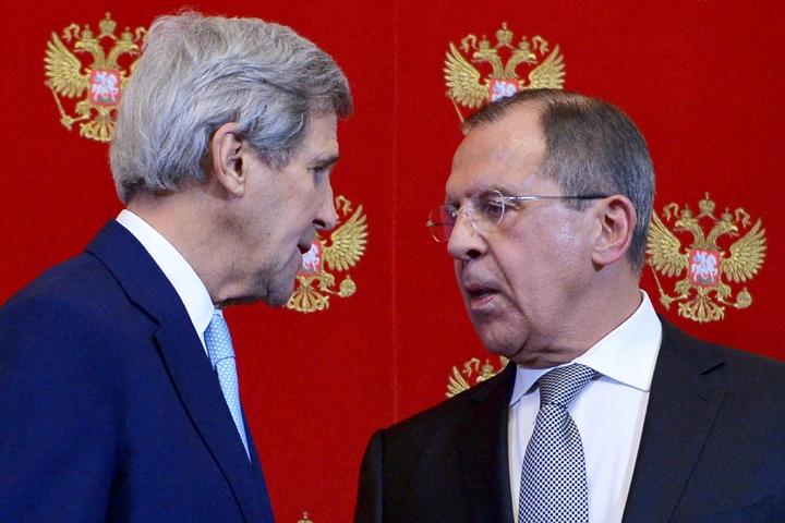 Na snímke americký minister zahraničných vecí John Kerry (vľavo) a ruský minister zahraničných vecí Sergej Lavrov