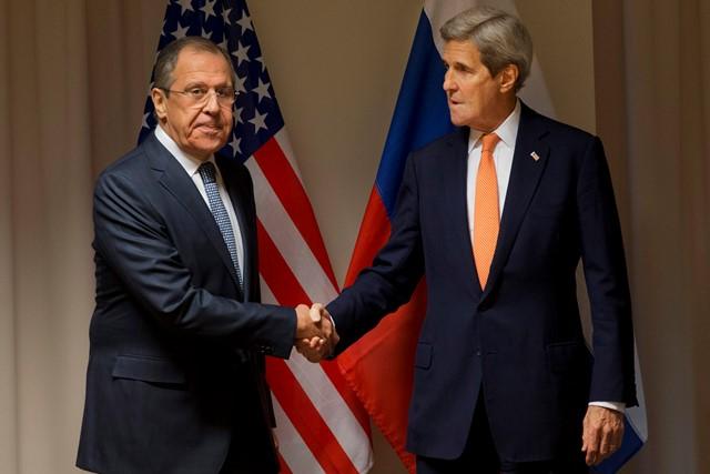 Na snímke americký minister zahraničných vecí John Kerry (vpravo) si podáva ruku so svojím ruským rezortným partnerom Sergejom Lavrovom pred ich stretnutím v Zürichu