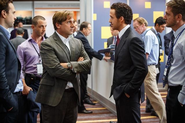 Na snímke zľava Rafe Spall, Jeremy Strong, Steve Carell, Ryan Gosling a Jeffry Griffin počas scény z filmu Stávka na neistotu (The Big Short)